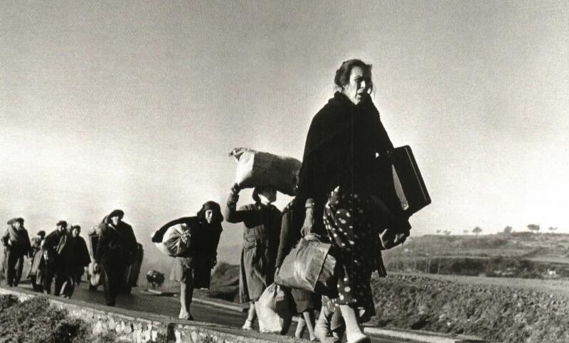 Con la caída de Barcelona y la clara inminencia del gobierno fascista en España, miles de civiles españoles buscaron refugio y asilo político en Francia. A primera hora de la mañana del 25 de enero de 1939 con los fascistas a solo 16 kilometros de Barcelona, Capa salio de la ciudad por la carretera de la costa hacia la frontera francesa. Un periodista que lo acompañaba escribió que mientras iban en coche >. A partir del 28 de enero, 400.000 hombres, mujeres y niños españoles cruzarían la frontera. (3)
